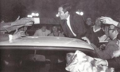 Adolfo Suárez saluda a simpatizantes de UCD en Alicante, 1978 (foto: Tono Marín).
